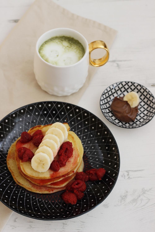 Amerikanische-Pancakes-mit-Bananen-und-Himbeeren-Suechtig-nach-Lifestyleblog-Fashionblog-Foodblog-Oberoesterreich-Linz 2